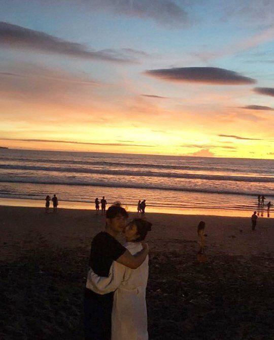 话题女王再PO新片! Sulli&崔子巴厘岛穿浴袍相拥看海