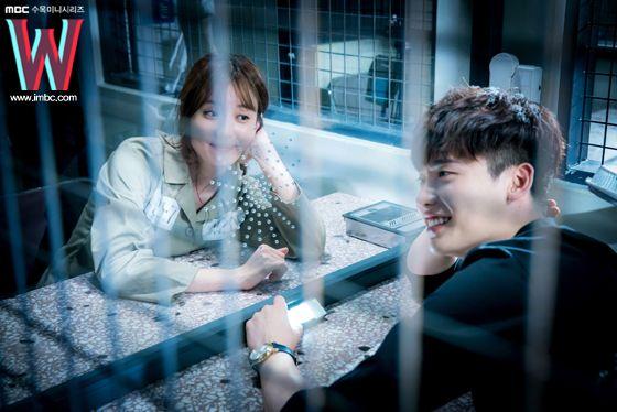 《W》李钟硕、韩孝周花絮照曝光 玻璃窗也阻挡不了的甜蜜