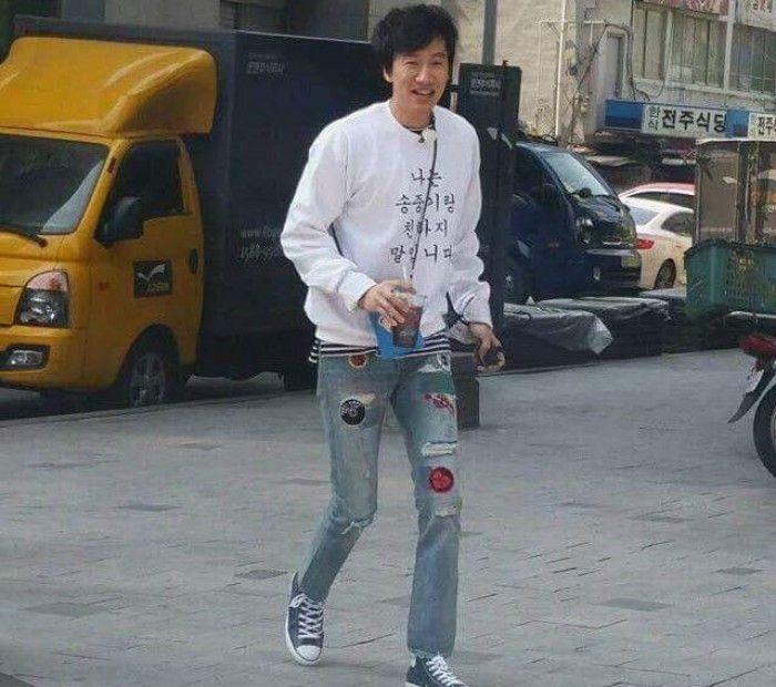 穿著「我和宋仲基是至親」衣服的亞洲王子李光洙