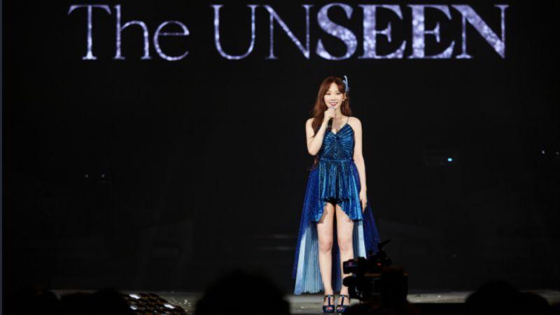 太妍演唱会上惊现扮Elsa公主的男粉丝:唱两句听听XD 声音清亮音准也对!