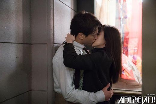 《芝加哥打字机》公开亲吻高手刘亚仁X Girl Crush林秀晶浪漫KISS剧照