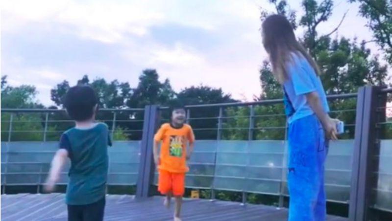 太妍玩INS直播偶遇小朋友,被邀请一起玩耍