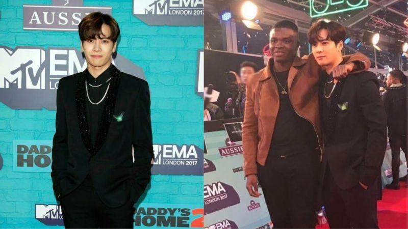 原来手灯也是红毯的时尚配件!Jackson出席「2017 EMA欧洲音乐奖」配戴GOT7的迷你手灯!