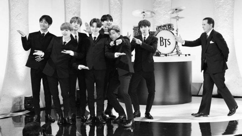 BTS防弹少年团上脱口秀展现《Boy With Luv》黑白舞台,复古风格更加帅气!