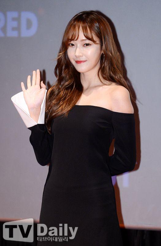 Jessica出席簽名會 露肩禮服高貴優雅